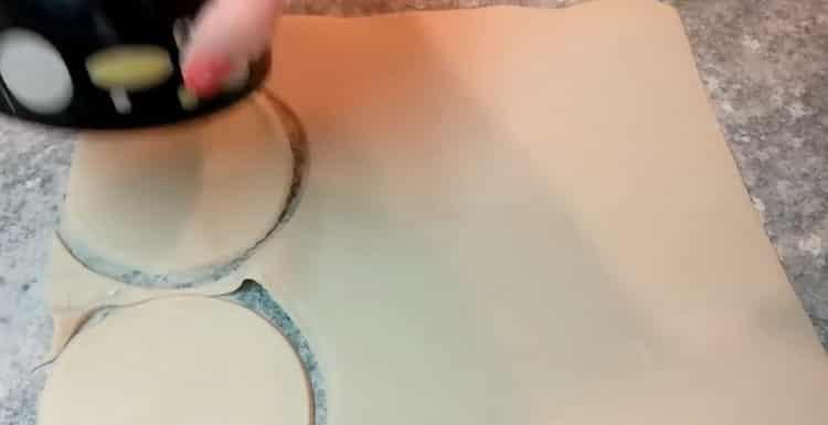 Для приготовления ватрушки с творогом разделайте тесто