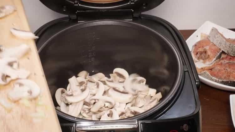 Для приготовления горбуши на пару, обжарьте грибы