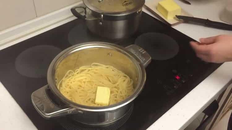 Для приготовления спагетти добавьте масло