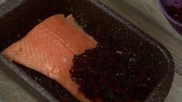 Для приготовления карпаччо из лосося выложите маринад на рыбу