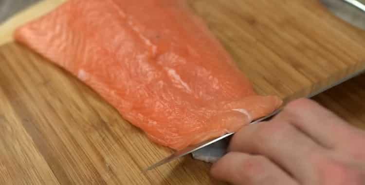 Для приготовления карпаччо из лосося нарежьте рыбу