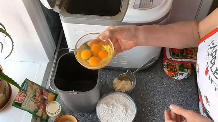 Для приготовления кекса в хлебопечке соедините ингредиенты