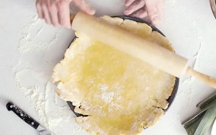 Для приготовления киша с рыбой выложите тесто в форму