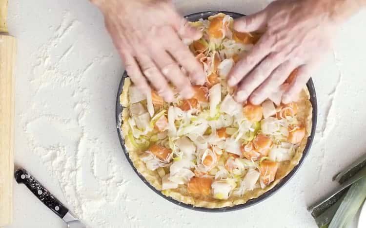 Для приготовления киша с рыбой выложите начинку на тесто