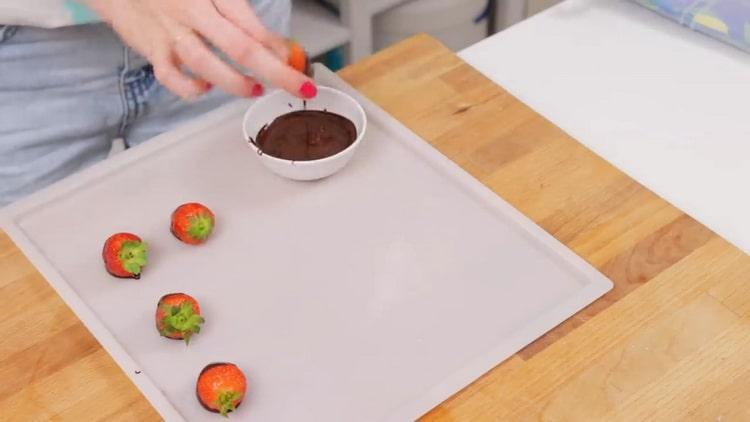 Для приготовления клубничного чизкейка приготовьте ягоды в шоколаде