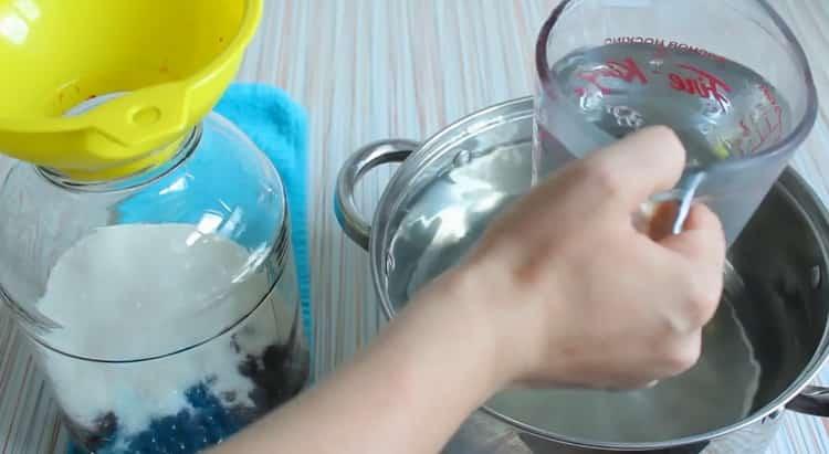 Для приготовления компота из черной смородины добавьте воду