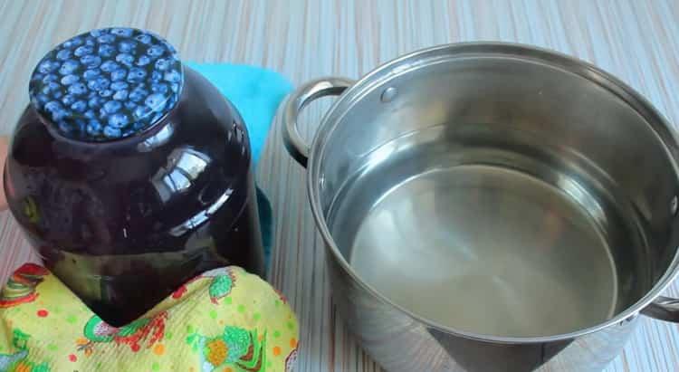 Для приготовления компота из черной смородины закройте банку