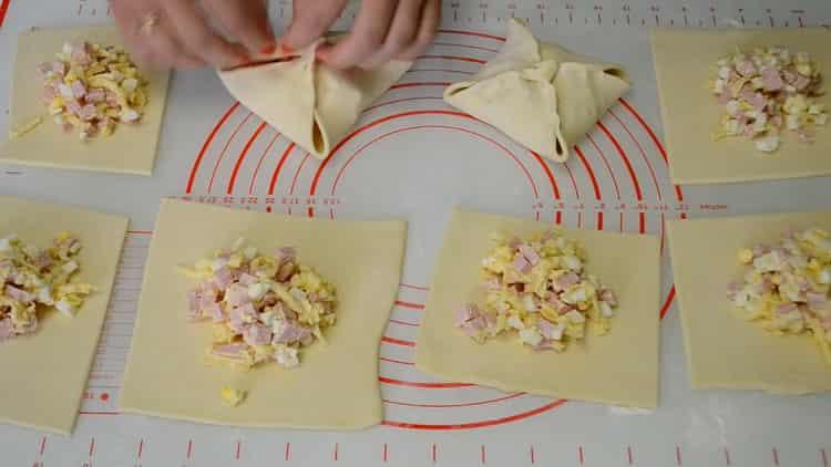 Для приготовления конвертиков закройте начинку