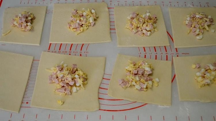 Для приготовления конвертиков выложите начинку на тесто