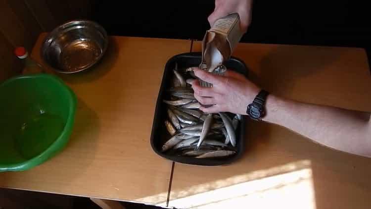 Для приготовления вяленой корюшки посолите рыбу