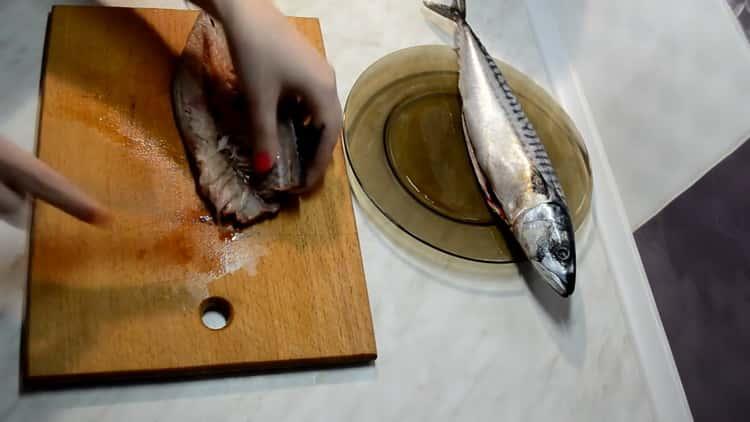 Для приготовления котлет из скумбрии подготовьте ингредиенты