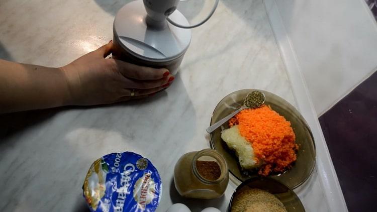 Для приготовления котлет из скумбрии натрите овощи