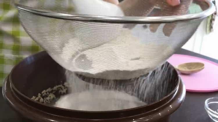 Для приготовления кукурузного хлеба просейте муку