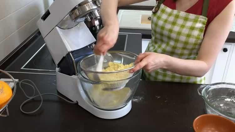 Для приготовления кукурузного хлеба замесите тесто