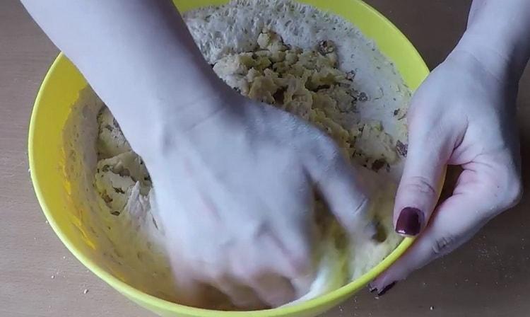 Для приготовления кулича на желтках добавьте орехи