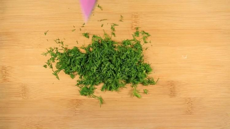 Для приготовления лосося в сливочном соусе нарежьте зелень