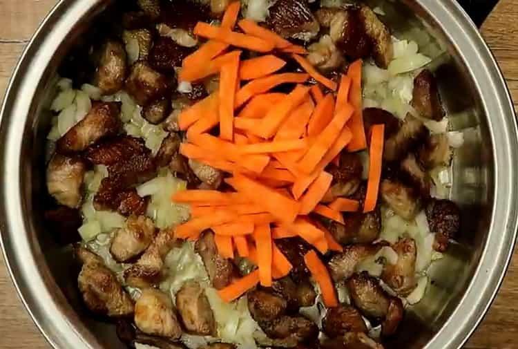 Для приготовления макарон, нарежьте морковь