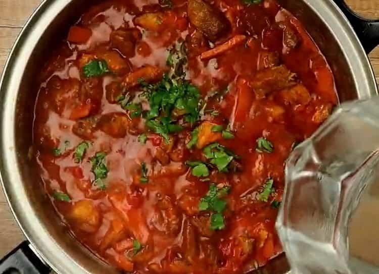 Для приготовления макарон, добавьте зелень и воду