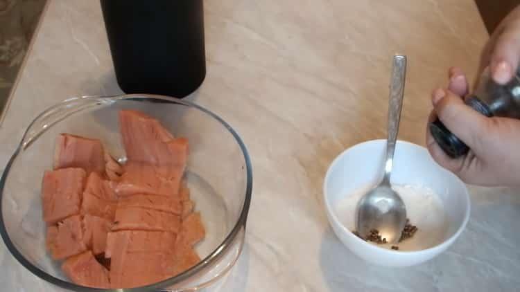 Для приготовления маринованной горбуши приготовьте специи
