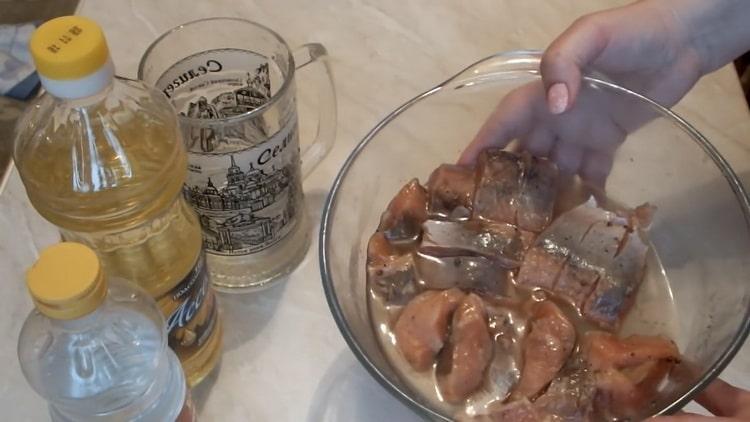 Для приготовления маринованной горбуши промойте рыбу