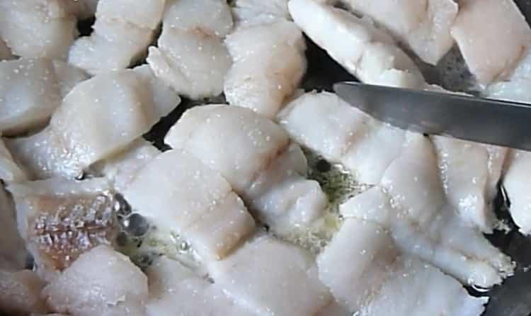Для приготовления минтая с овощами обжарьте рыбу