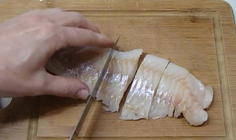 Для приготовления минтая с овощами нарежьте рыбу