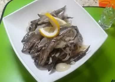 Мойва, тушеная с луком на сковороде — быстро и вкусно