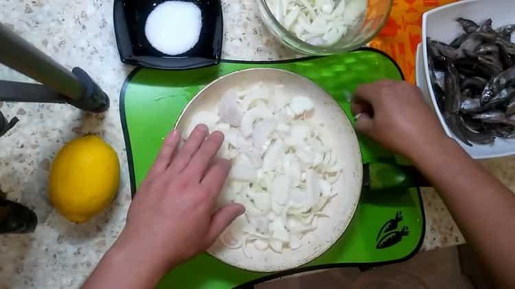 Для приготовления мойвы нарежьте лук
