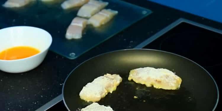 Для приготовления морского языка в кляре. разогрейте сковородку