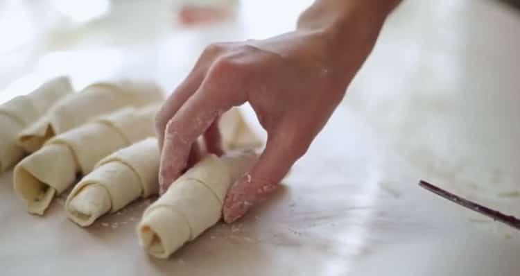 Для приготовления круассанов скатайте тесто