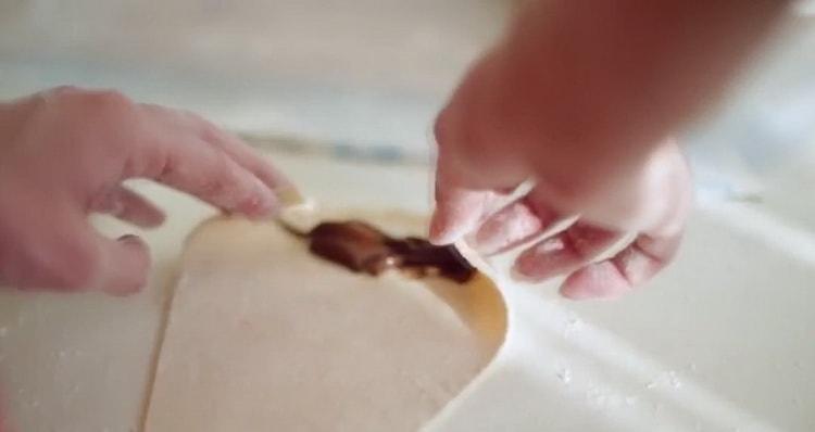 Для приготовления начинки для круассанов приготовьте шоколад