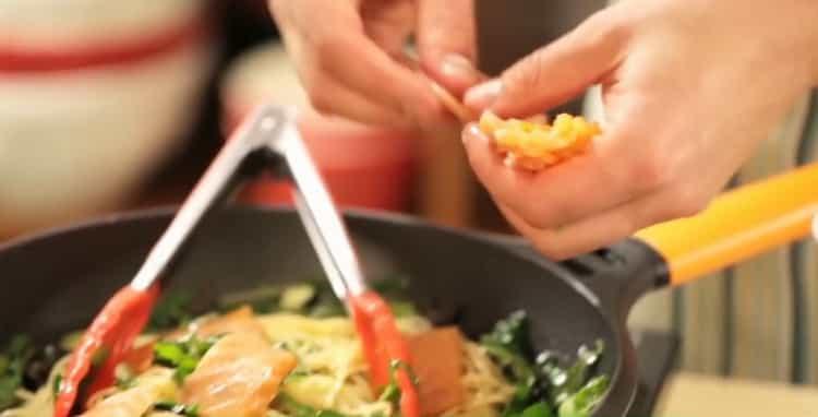 Для приготовления пасты с лососем добавьте рыбу в сковороду