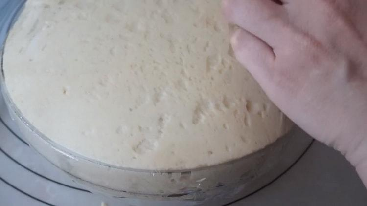 Для приготовления пирожков с луком и яйцом дайте тесту постоять
