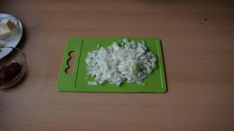 Для приготовления подливы нарежьте лук