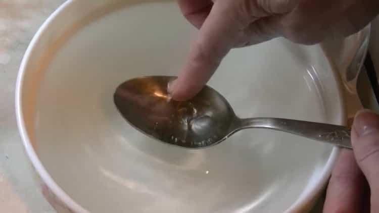 Для приготовления помадки для булочек подготовьте добавьте холодной воды