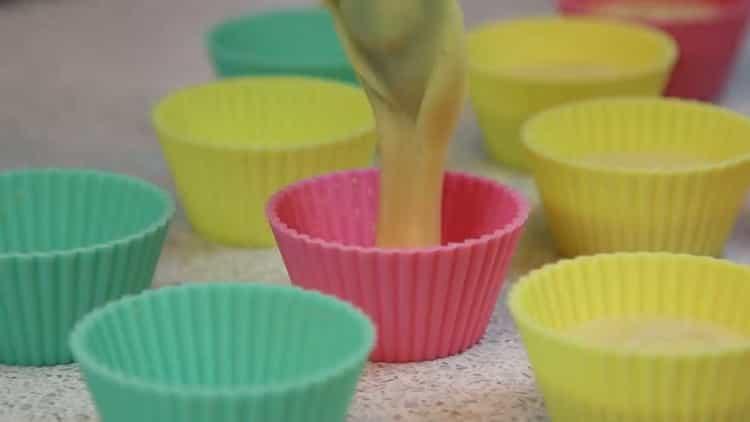 Для приготовления простого кекса, подготовьте форму