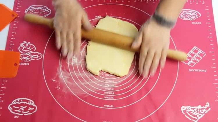 Для приготовления рогаликов из слоеного теста, подготовьте ингредиенты