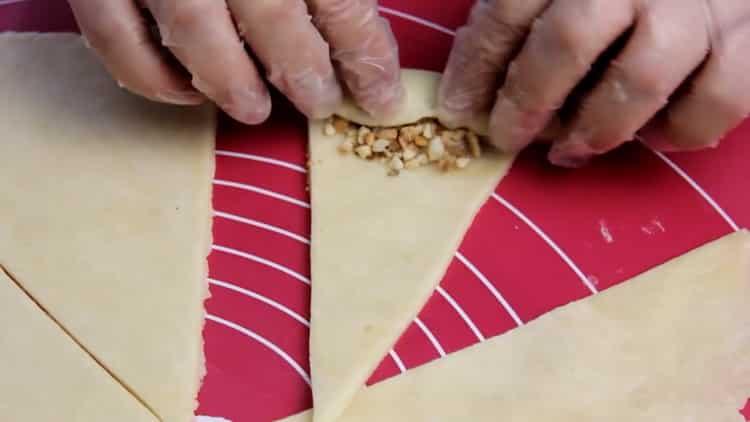 Для приготовления рогаликов из слоеного теста, закрутите тесто