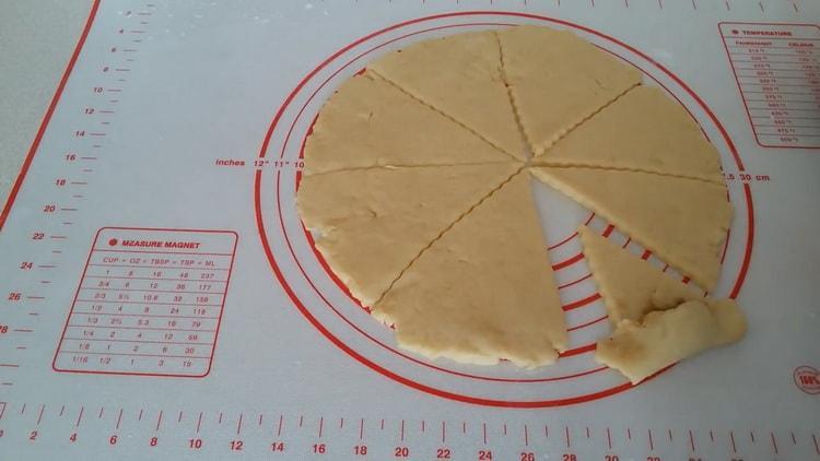 Для приготовления рогаликов со сгущенкой выложите начинку на тесто