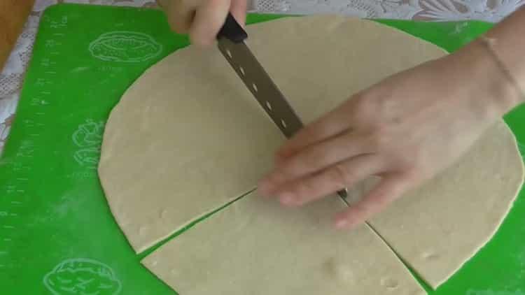 Для приготовления теста для рогаликов нарежьте тетсо