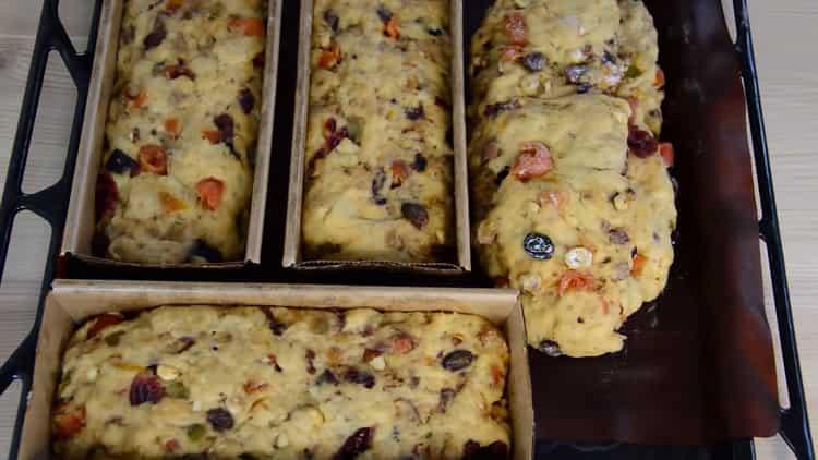 Для приготовления рождественского кекса положите тесто в форму