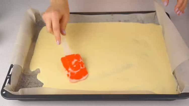 Для приготовления рулета с красной рыбой, выложите на бумагу тесто