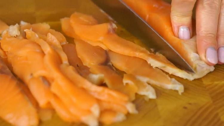 Для приготовления рулета с красной рыбой, нарежьте рыбу