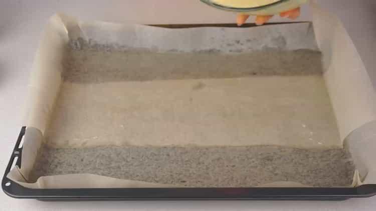 Для приготовления рулета с красной рыбой, выложите бумагу на противень