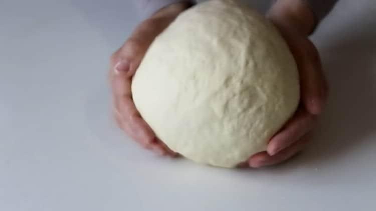 Для приготовления трубочек с кремом приготовьте тесто
