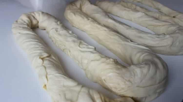 Для приготовления самсы с курицей в духовке скрутите тесто