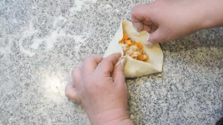Для приготовления самсы с тыквой выложите начинку на тесто