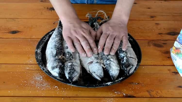 Для приготовления скумбрии горячего копчения подготовьте соль
