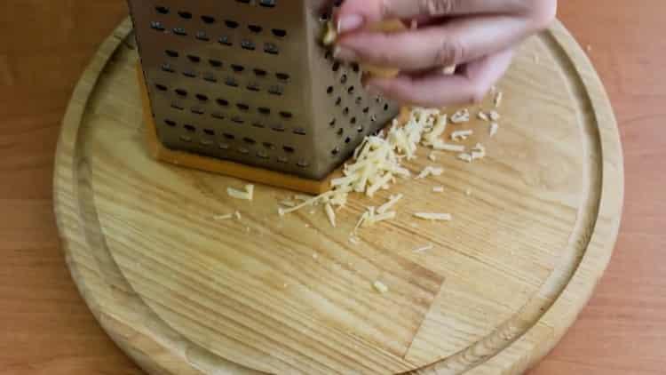 Для приготовления скумбрии с овощами в духовке натрите сыр