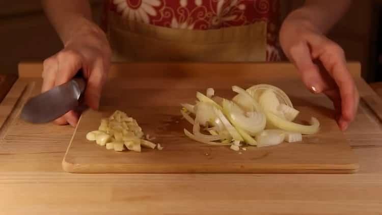Для приготовления сливочного соуса для спагетти подготовьте ингредиенты